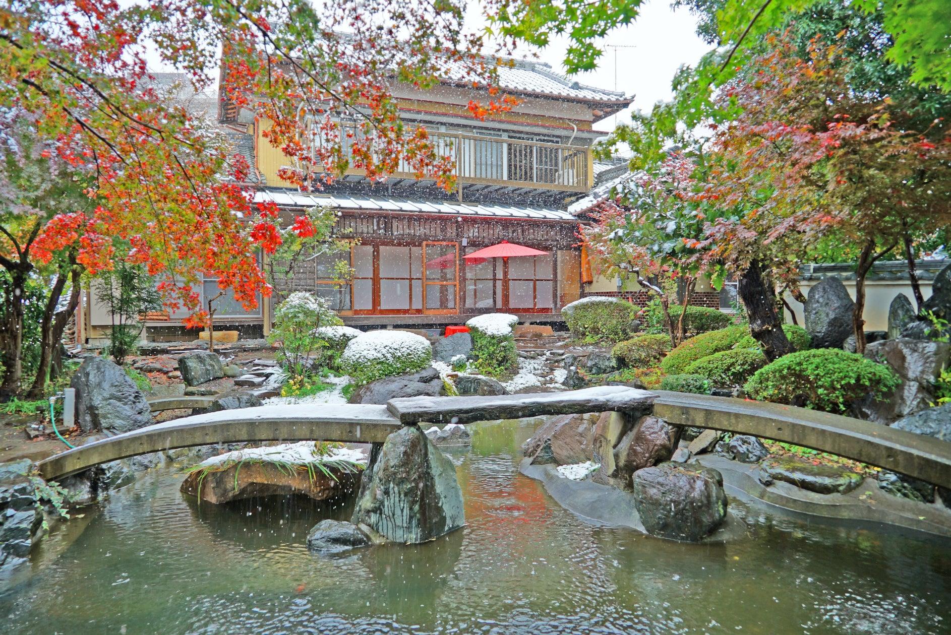 【日本庭園と古民家】飯田屋 〜都心から20分、竹林を抜けると別世界。四季折々の花々がお迎え致します〜