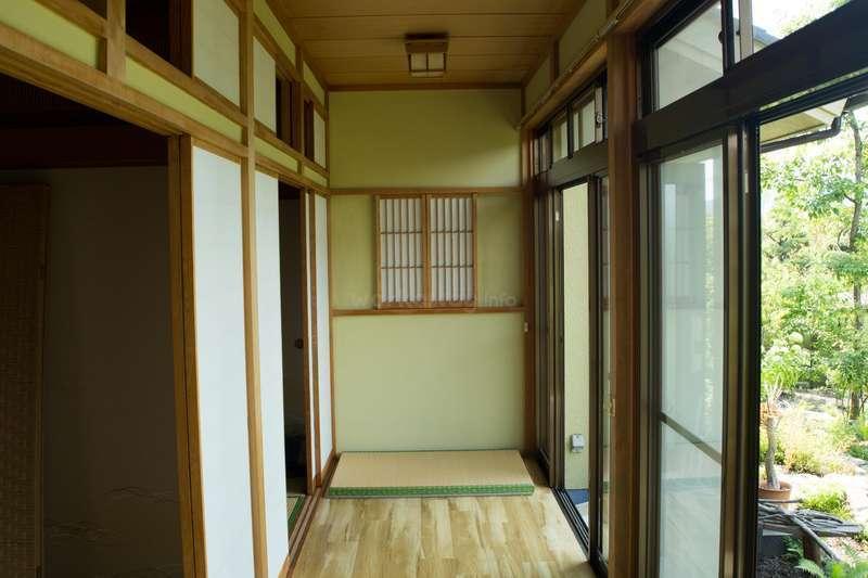 庭と和室の間に広めの廊下があります。