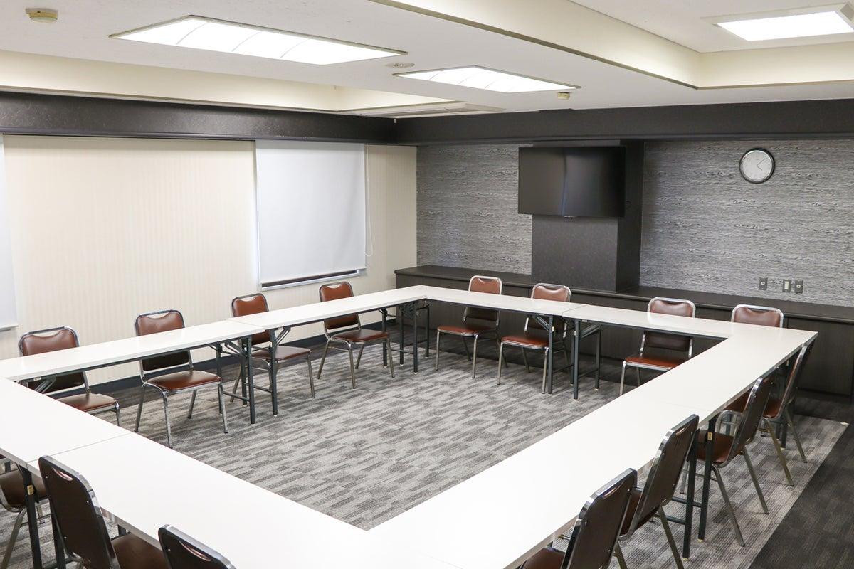【新大阪駅前】~30名のセミナーや会合に。ブラック基調でカッコイイ系のおしゃれなホテル会議室【202】 の写真