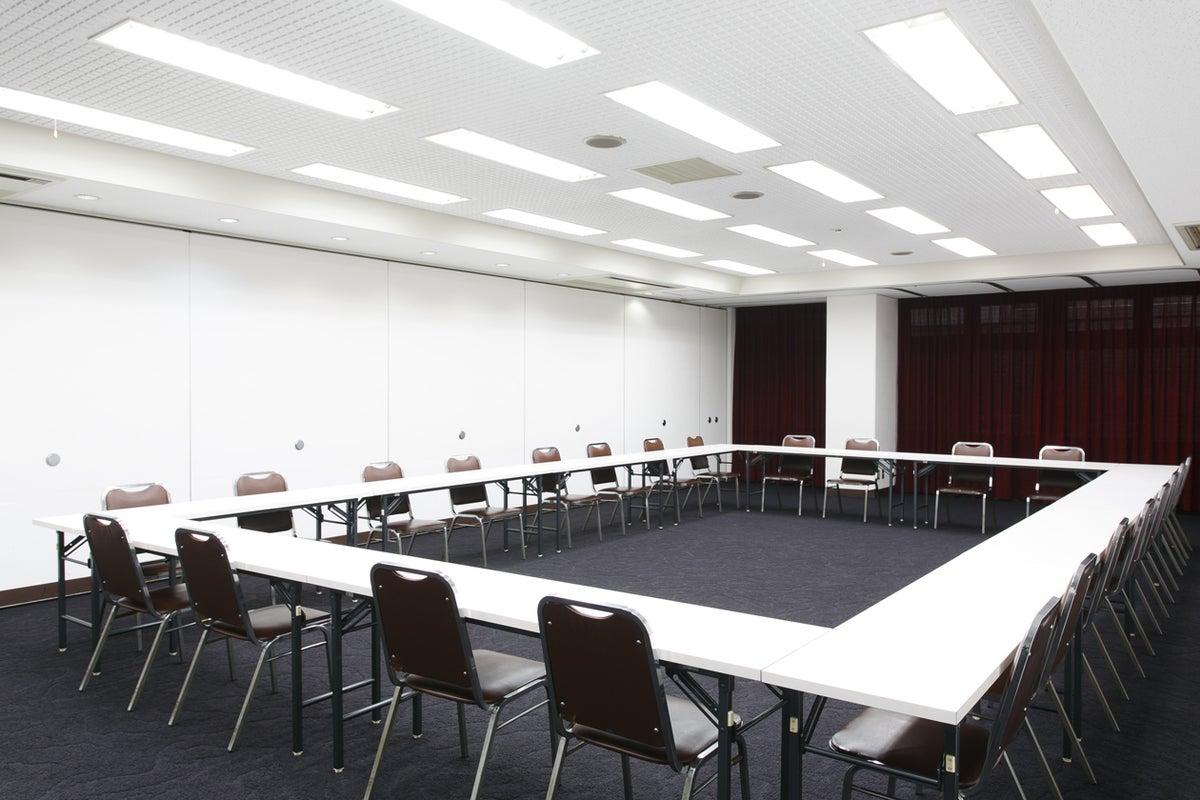 【新大阪駅前】すっきりした印象のホテル会議室。50~70名対応【100A/100B/100C】 の写真