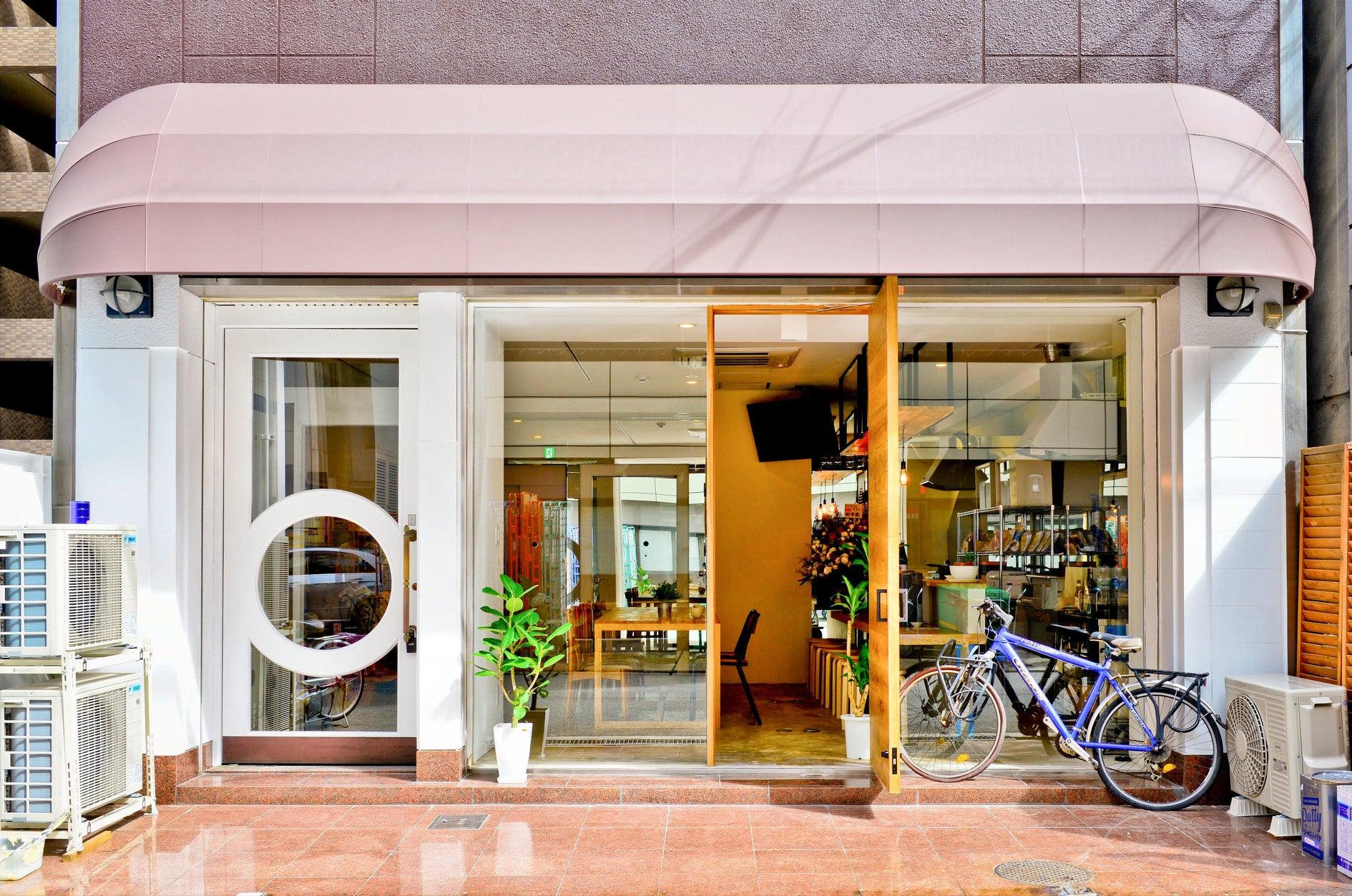 長堀橋駅より徒歩4分。共用部は14人まで利用可能。お茶会、会議など様々な用途にお使いいただけます。(ビーハイブホステル大阪) の写真0