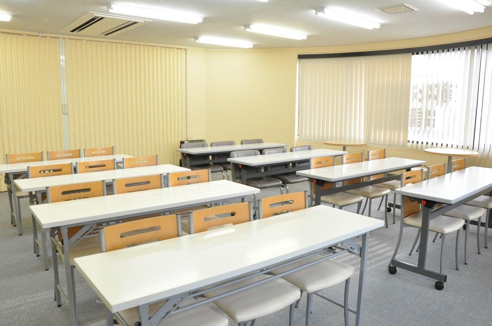 【北浦和】駅チカ便利!窓が多く採光の良い明るい会議室(20~24名) の写真