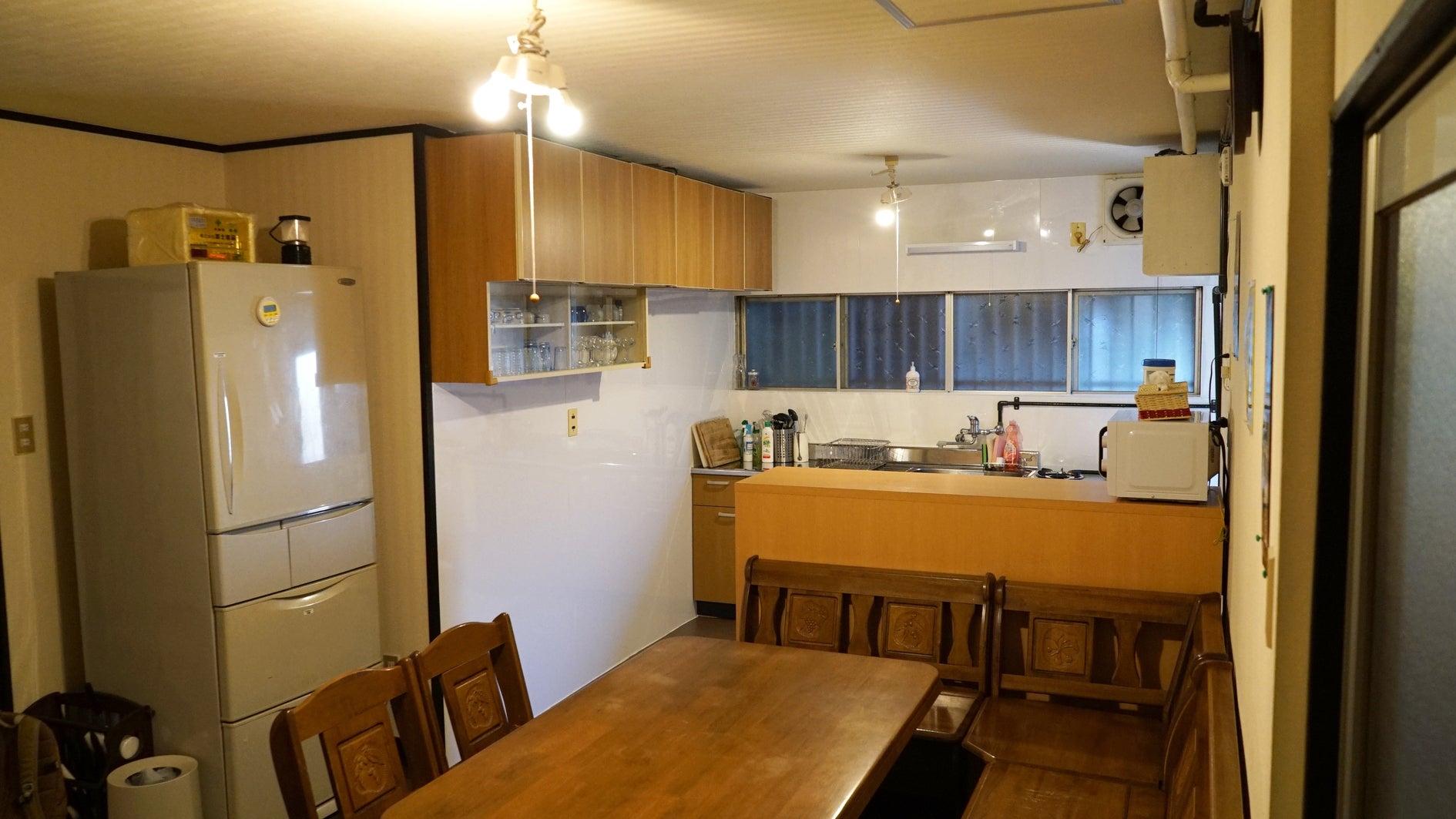 1階キッチン。2017年12月に新しいキッチンと入れ替えました。 ガスコンロ2つ、冷蔵庫、家電、調理器具、食器、調味料等だいたい揃っています。