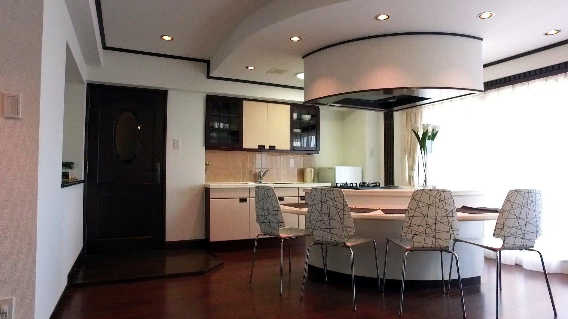fan kitchen poggen pohlの扇型キッチン& KORLERの猫足バス 新宿なのに目前にビルはなく明るいお部屋 のサムネイル