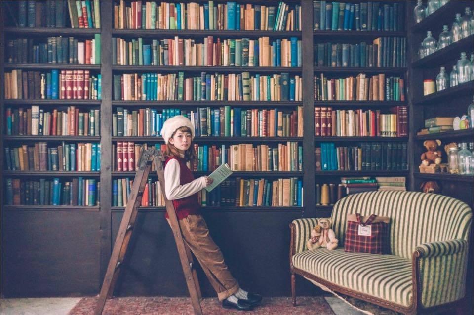 《VOGUE Russia NHKで利用》30畳の部屋に2000冊の洋書とアンティーク家具が揃う「EN」 の写真