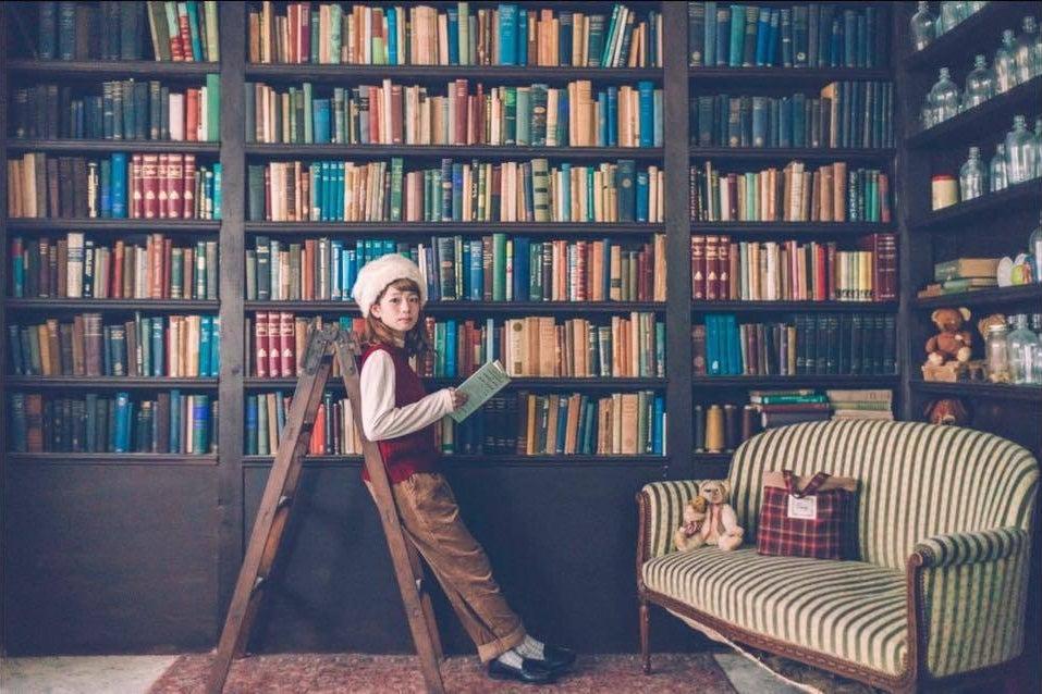 2500冊の洋書と100点以上のアンティーク雑貨と家具が揃う「EN」 の写真