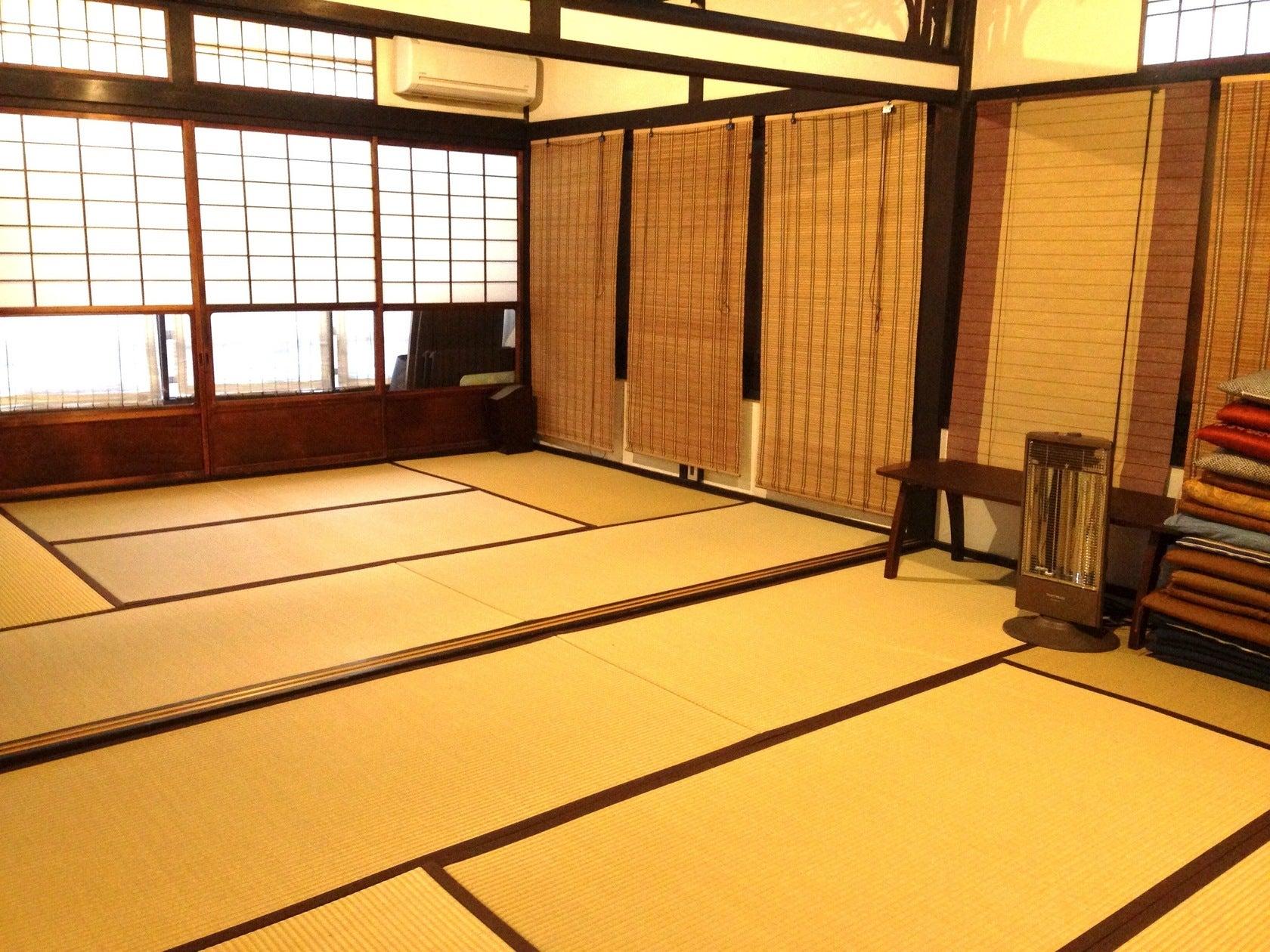 2階12畳和室の襖を外した状態です。広々〜。 一面は自然光が入ります。もう一面は内側にすだれ、外側に防音シートがついてます。