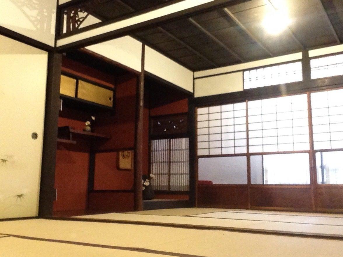 2階12畳和室です。広々〜。 一面は自然光が入ります。もう一面は内側にすだれ、外側に防音シートがついてます。