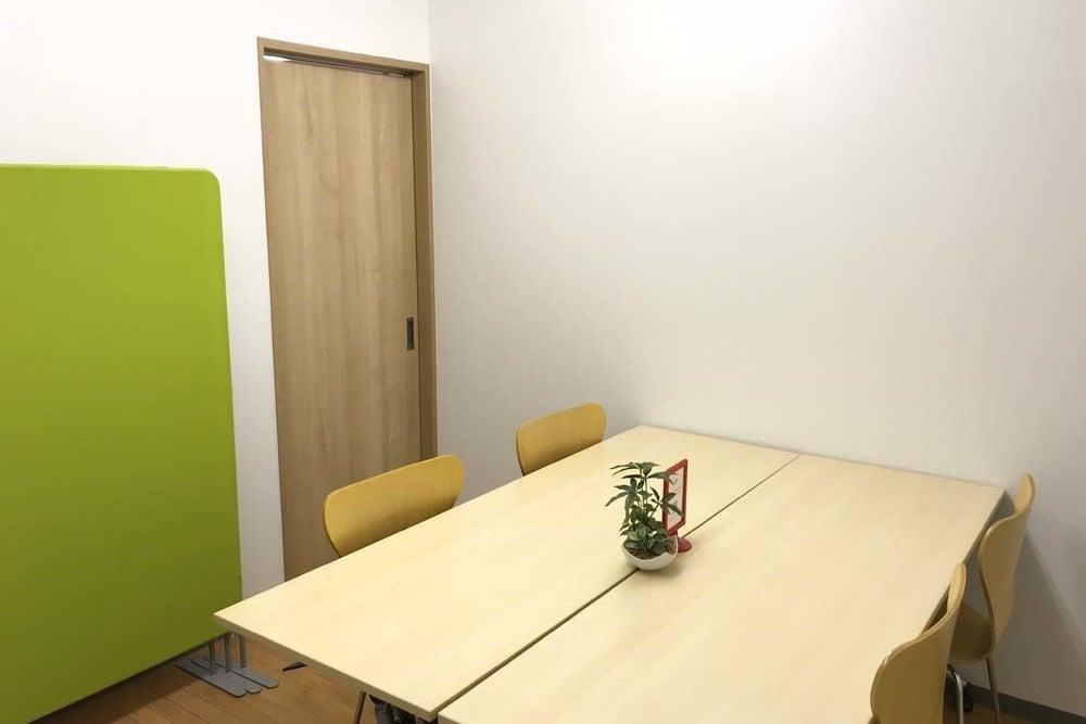 【千葉駅徒歩3分】少人数向け貸し会議室(コワーキングスペース内) の写真