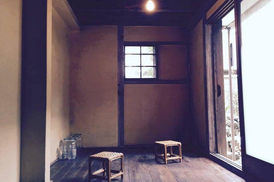 古民家カフェの離れ、中庭が見えるまったりスペース の写真