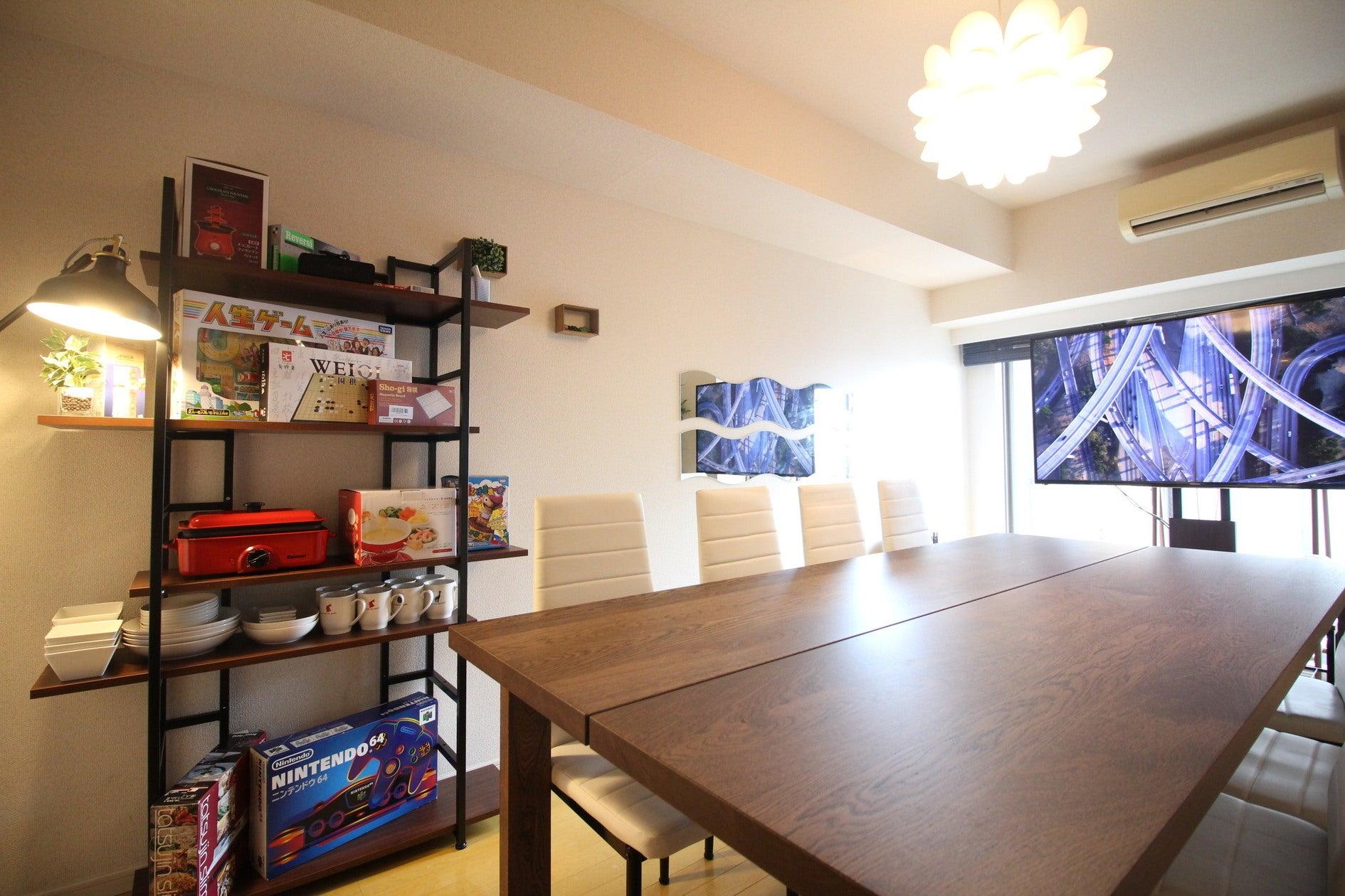220×100の大きなダイニングテーブルと8つのチェアーで快適にお過ごしいただけます
