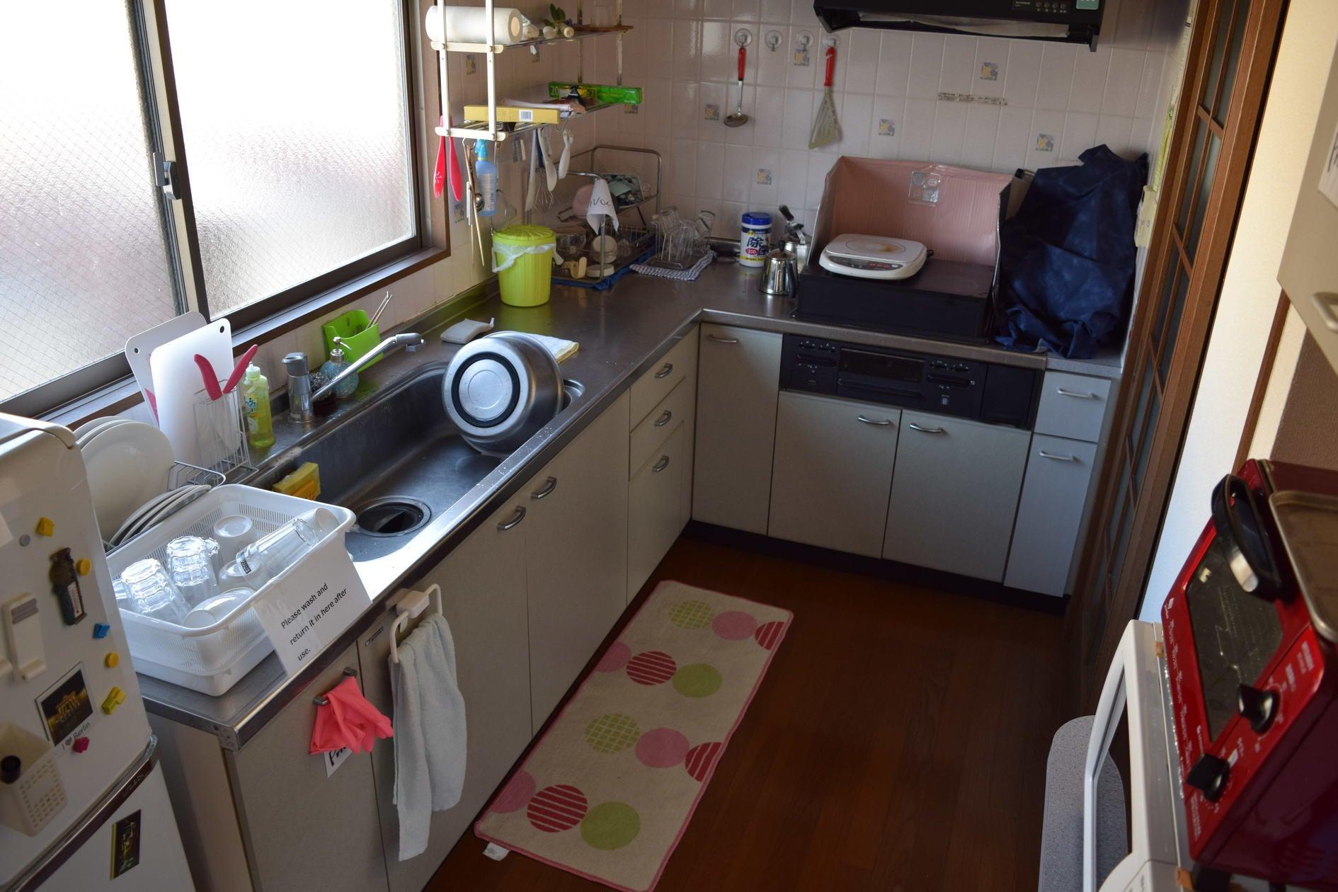 キッチンあります。トースターレンジ、コンロ(ガス三口+IH)ご用意あります。