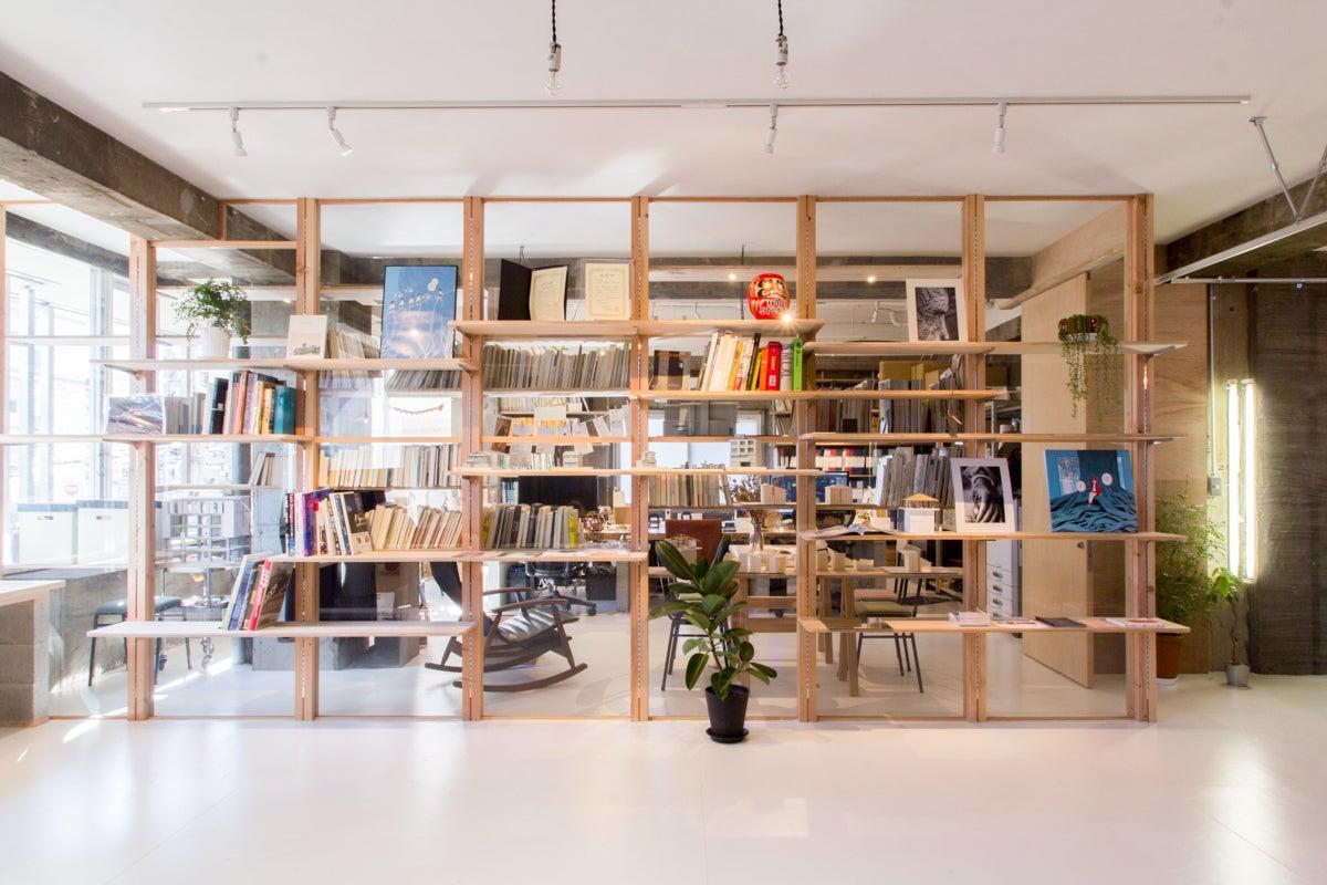 スペースのとなりは設計事務所 HAGI STUDIO のオフィスがあり、スペースの管理運営をしています。