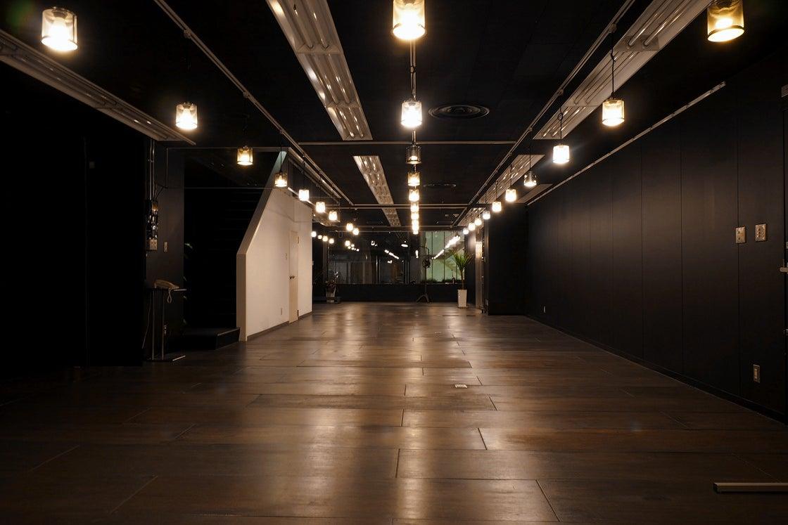 大阪/淀屋橋駅徒歩5分。45坪の広々スペース!真っ黒空間で一味違ったセミナー/会議/展示会/個展に! の写真