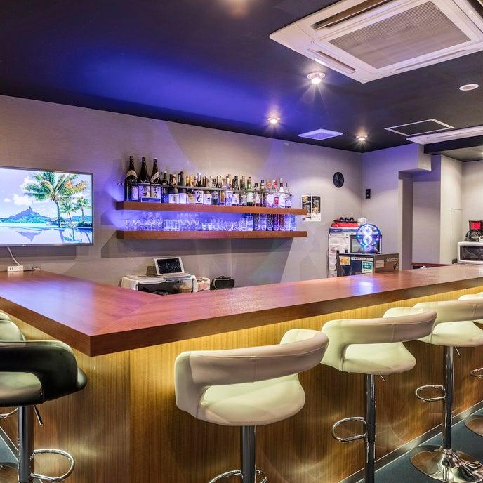 お洒落なブルーライトがグラスに反射✨ バーカウンターのライトは4色に変化✨ 会場の雰囲気を演出いたします🥂