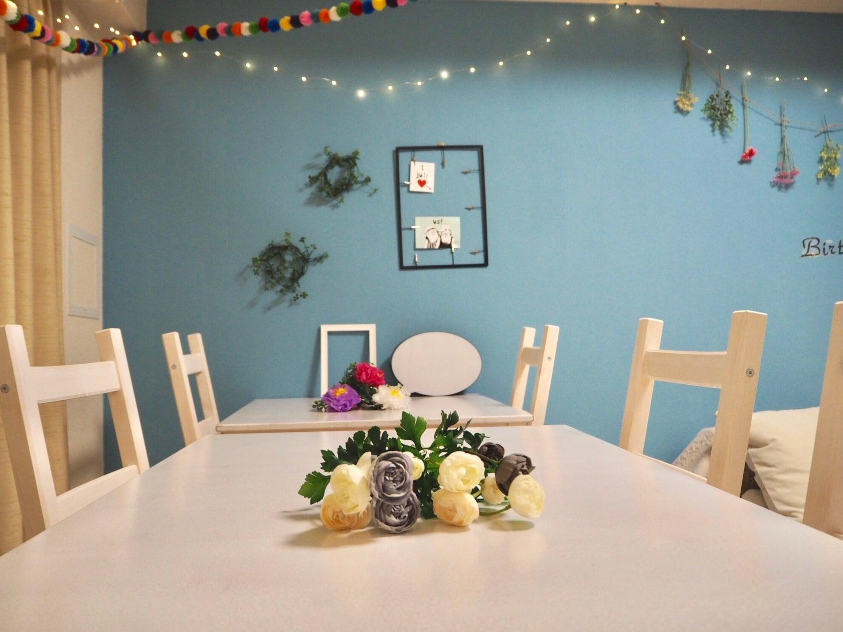 6名様がゆったり座れるホワイトのダイニングテーブルとイスがブルーの壁紙に映えます 会議やパーティ、ワークショップなどに使いやすいです♪ 壁飾りのフレームに、お好きな写真などを飾れます!