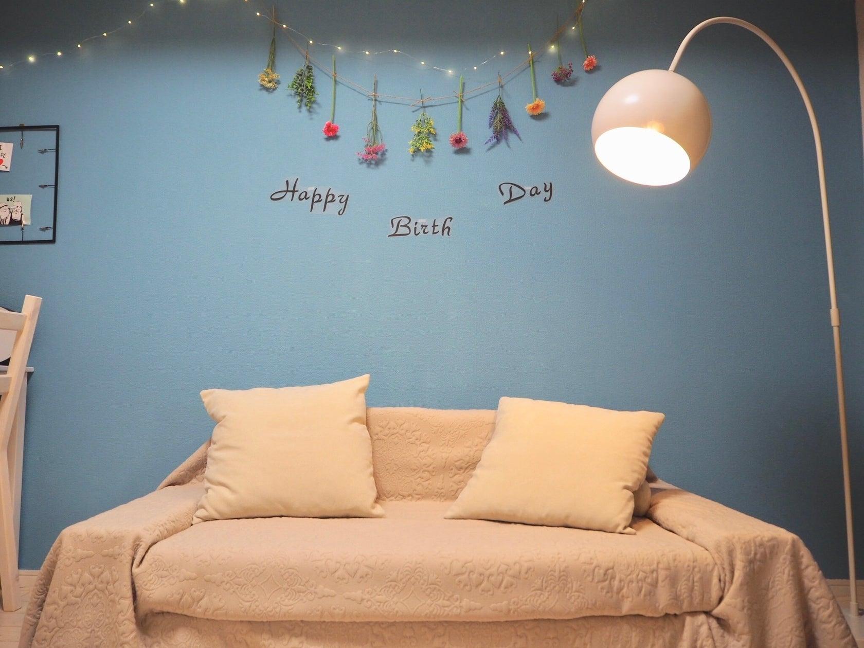 壁には両面テープでメッセージを張りつけて飾りつけも可能!