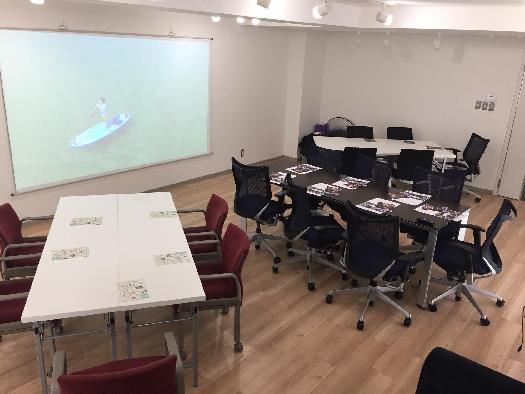 テーブル(180センチ×4本+220センチ×1本)と椅子を並べたところです。 プロジェクターに資料を映しながらのセミナーも十分にできます。