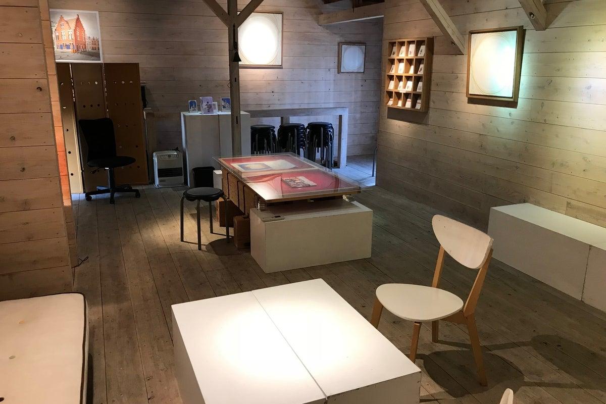 神楽坂の住宅街にある木のぬくもり溢れるスペースです! 展覧会・ワークショップ、会議等にご使用いただけます。 の写真
