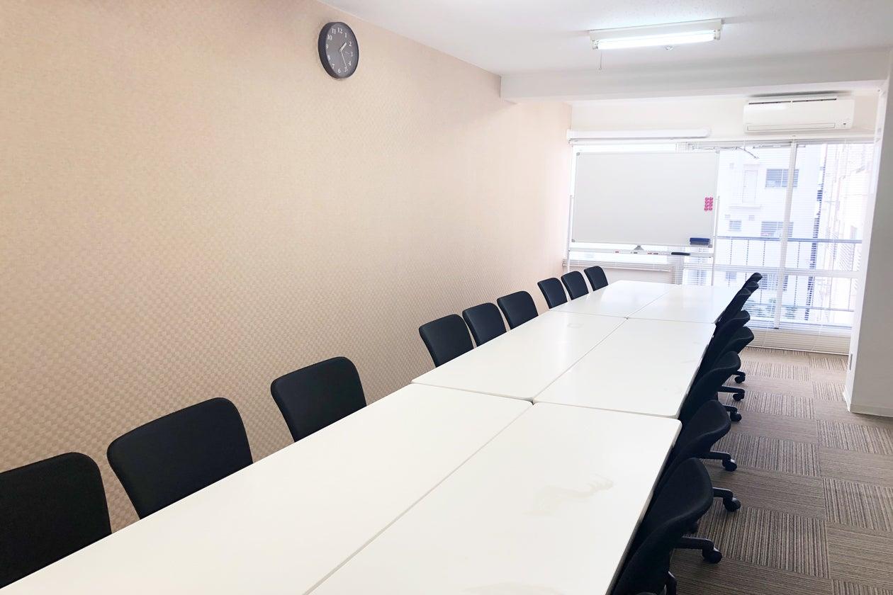 新大阪 西中島南方駅から徒歩1分 新大阪 西中島南方 駅近 格安 会議室レンタルスペース 18名着席可能 の写真
