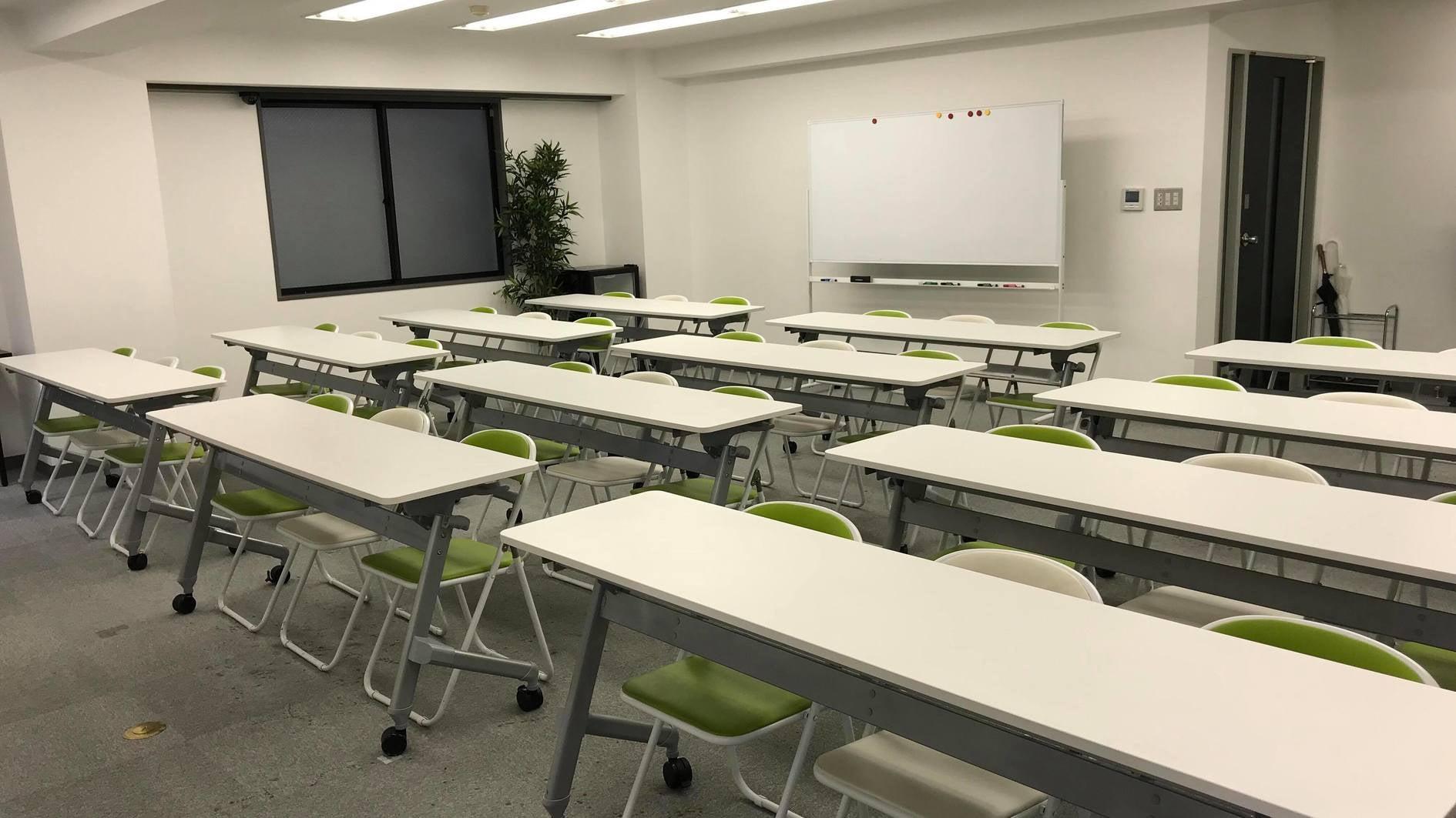 【24時間可】渋谷駅徒歩5分 プロジェクター・スクリーン・ホワイトボード完備の36名着席可能な自然光が入る会議室(Jマッチ・貸し会議室(第2研修ルーム)6F) の写真0