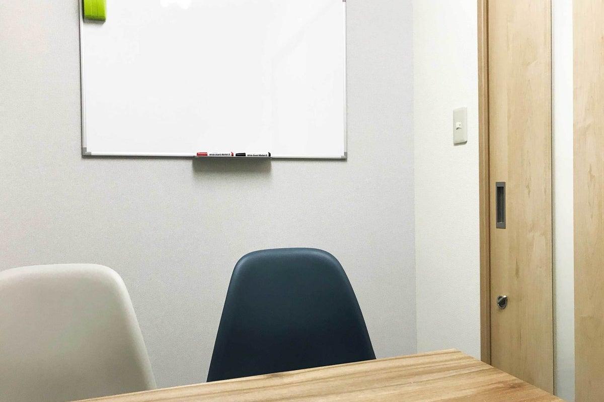 ✨割引中✨【池袋駅1分・高速WiFi無料・C1出口が目の前・完全個室・〜4名・貸し会議室】 カラメル池袋西口店F室(グレー) の写真