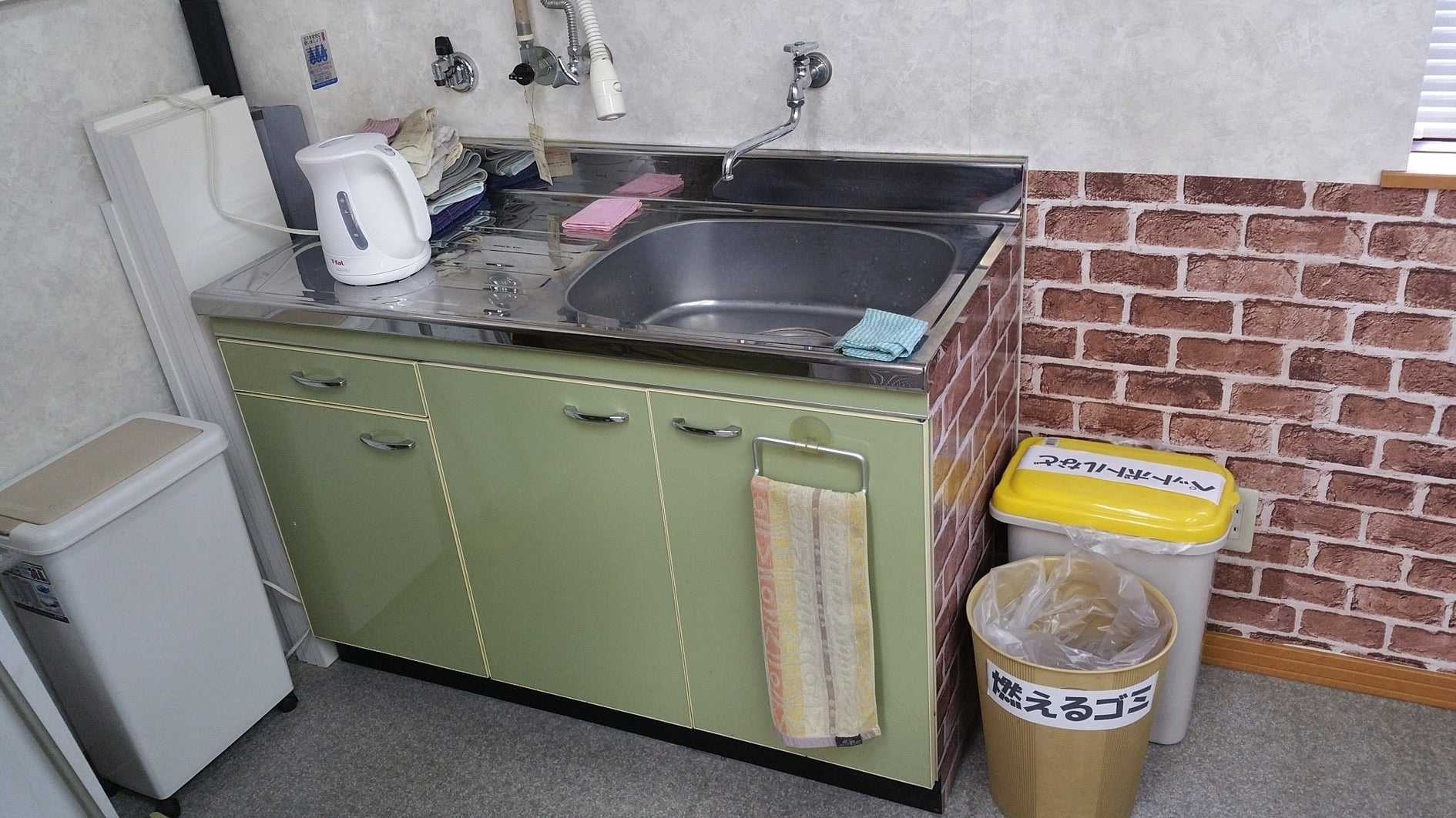 小さな台所と湯沸かし器(ティファール1.2リットル) ※ガスは使用できません