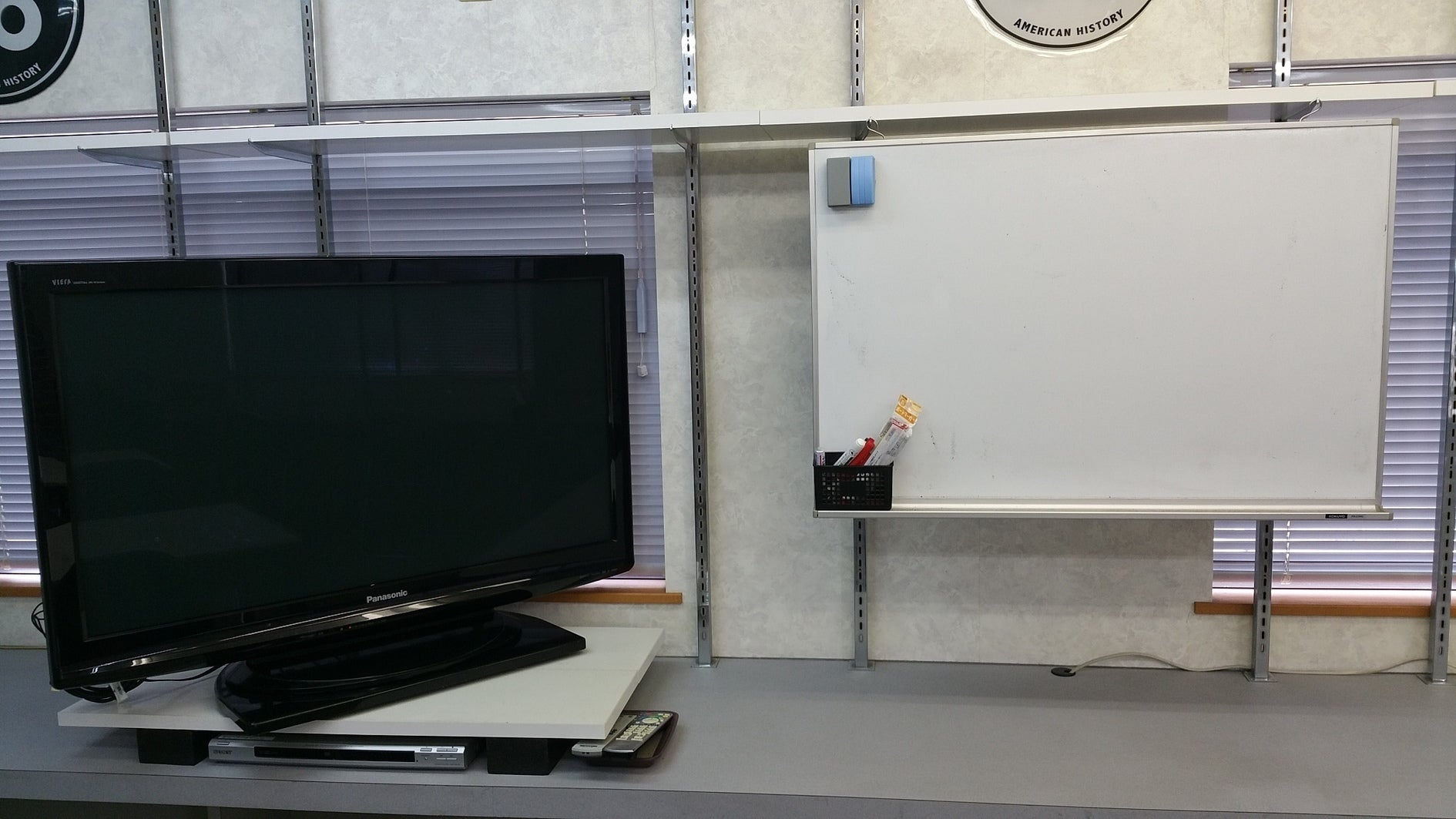 42インチテレビ(HDMIケーブル付き)とホワイトボード(90cm×60cm)あり