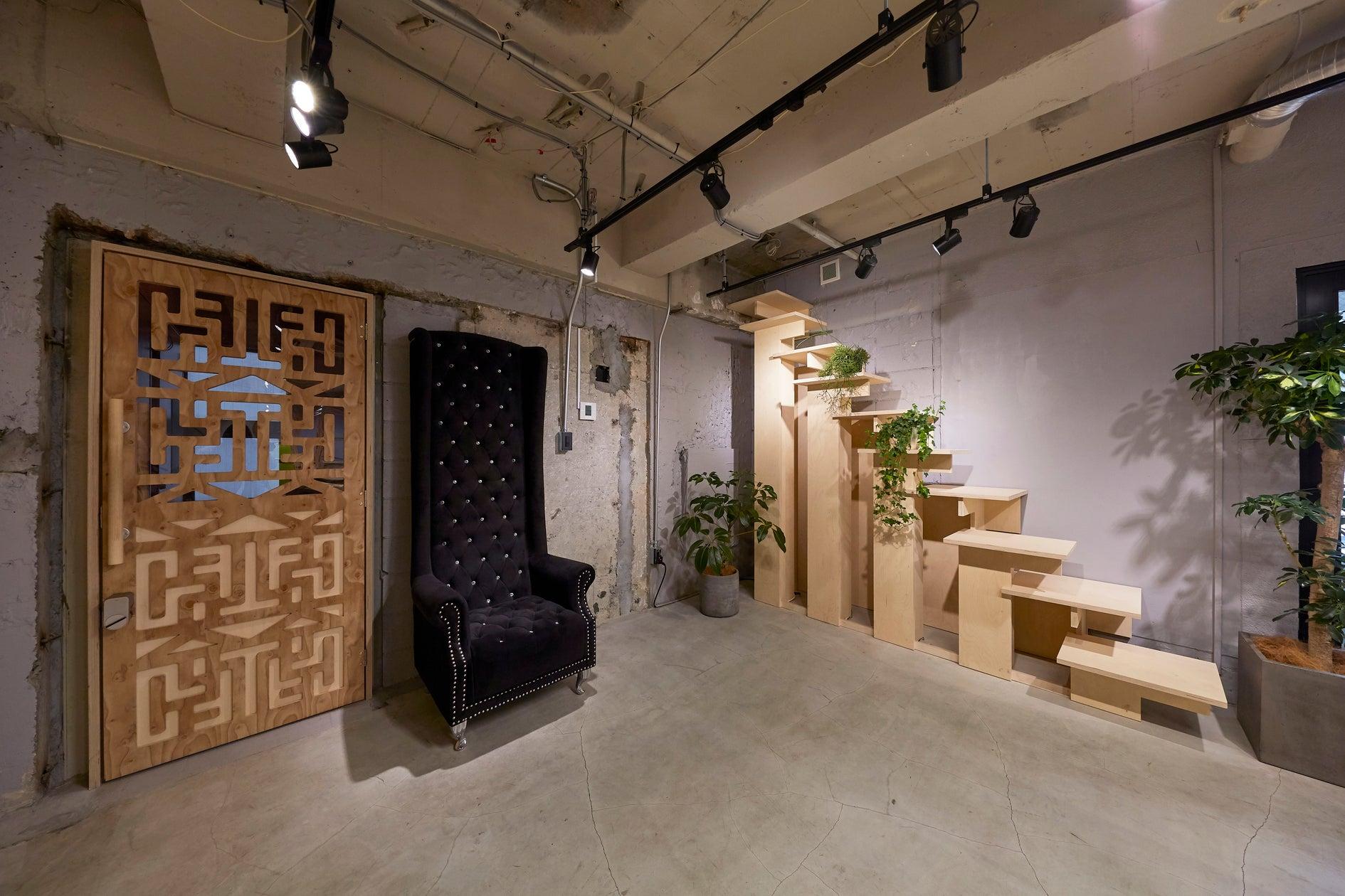 入り口脇には王様(?)のような椅子(中央)と特注の什器(右)が常設。