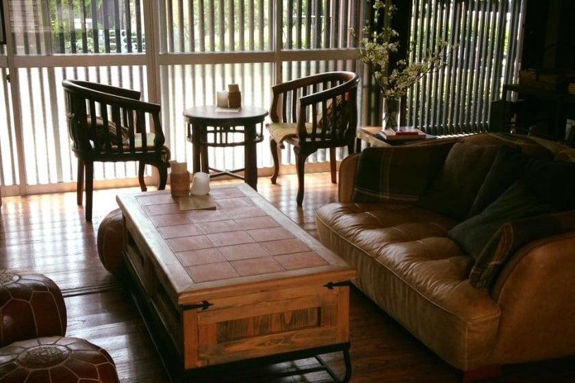 【葉山】一色海岸から徒歩10分。日本家屋の「本のある Cafe」。裸足でゆったりくつろいでいただける空間です の写真