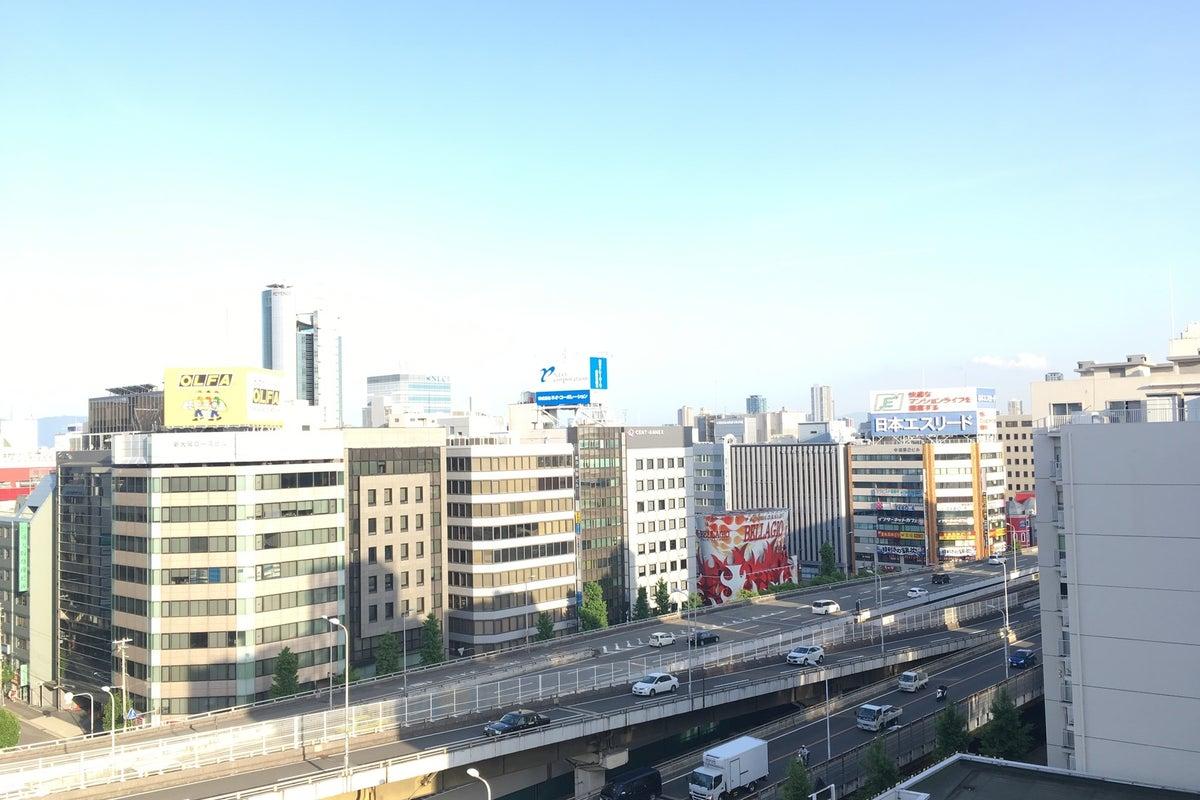 【新大阪駅近 フリーWiFi フリードリンク】ビルの12F眺望抜群!特大ルーフバルコニー付きの32㎡のオシャレでかわいいスペース の写真