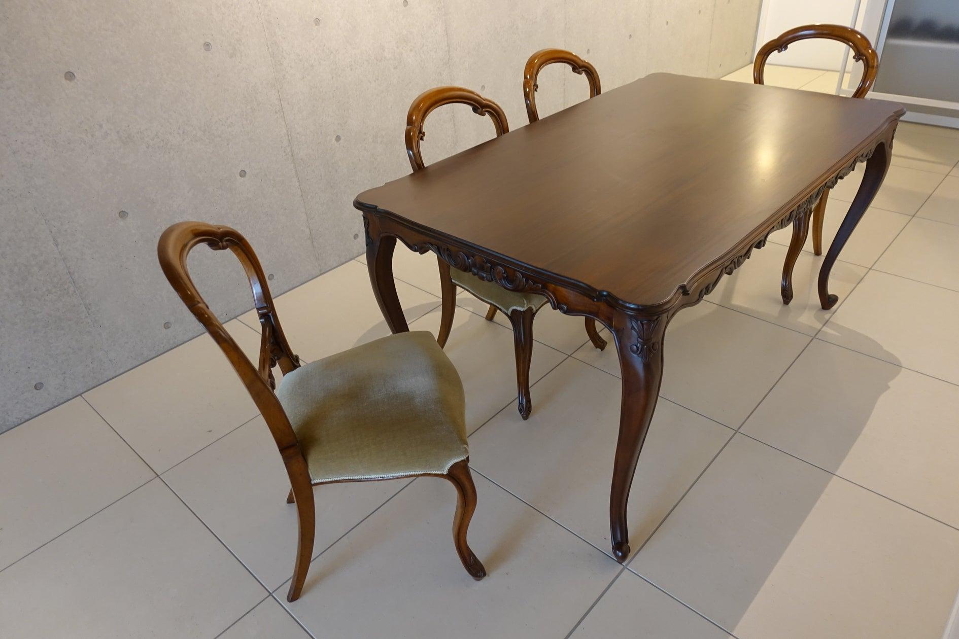 アンティークのテーブルと、バルーンチェア4脚。