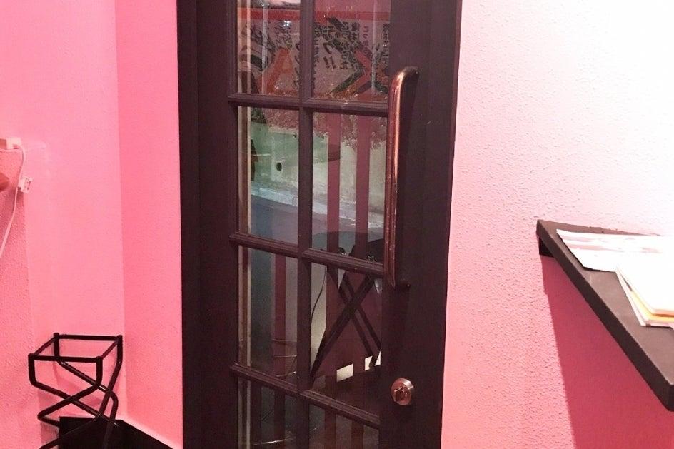 【京急川崎駅徒歩2分!】ピンク×黒の内装のバーで女子会・推し会・パーティー・打ち合わせ・朗読劇など! の写真