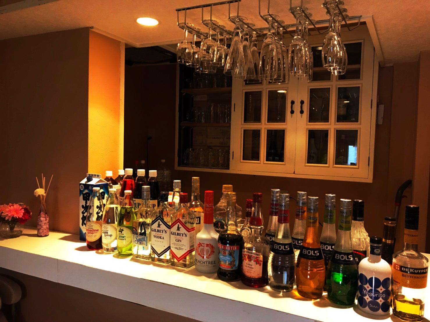 カウンターは対面式。バー営業している設備をそのまま使うことができます。※お酒や飲み物は通常プランでは付属しません。