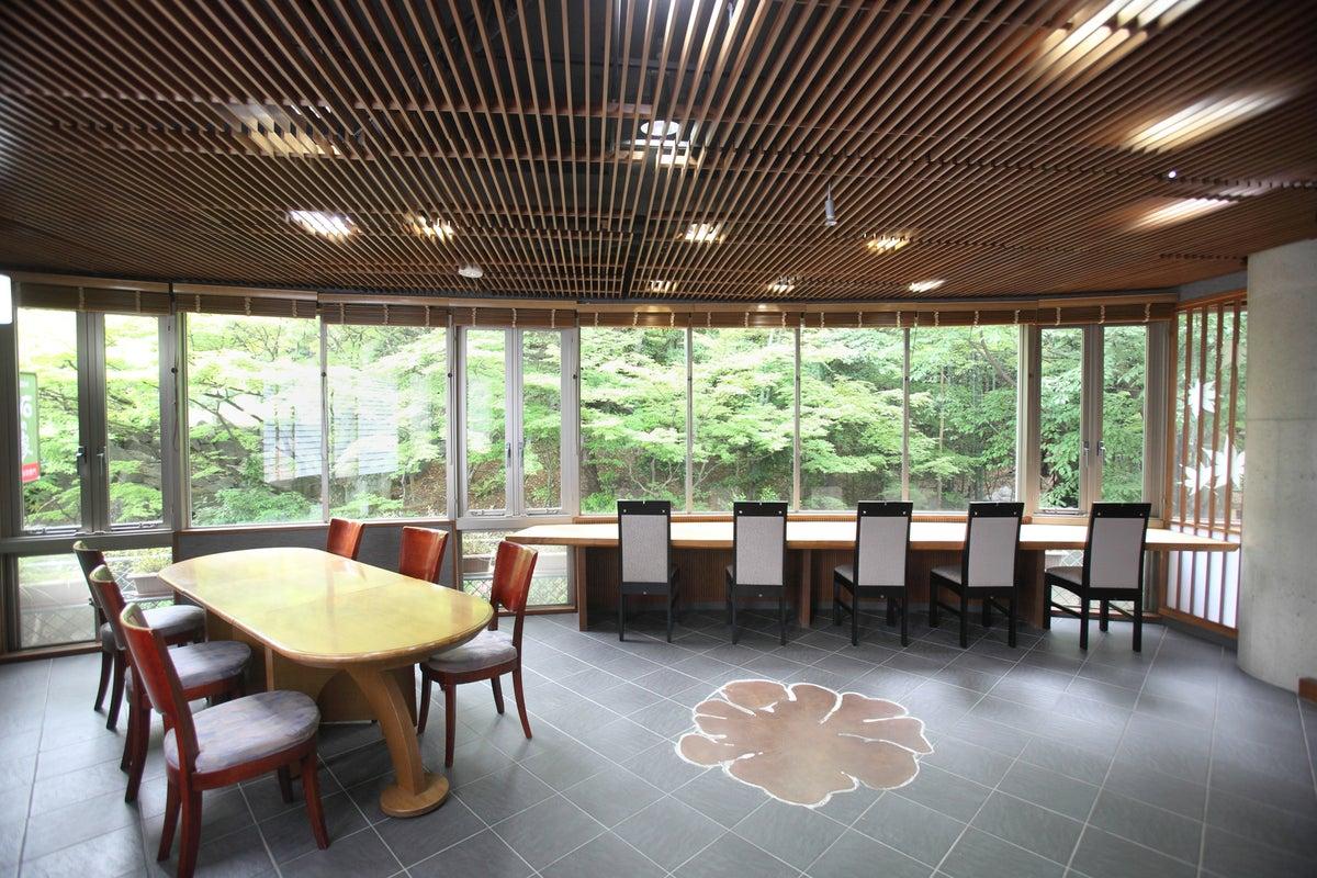 個展・展示会・教室に最適な、雰囲気抜群の三階建て物件です。一階には駐車場、二階はスペースとして、三階に控室としてご利用可。 の写真