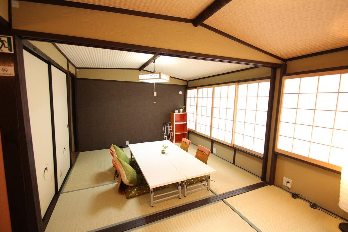 祇園四条駅から徒歩4分。町家の二階の可愛い和室。教室・セミナー・ママ会・映画鑑賞会などに の写真