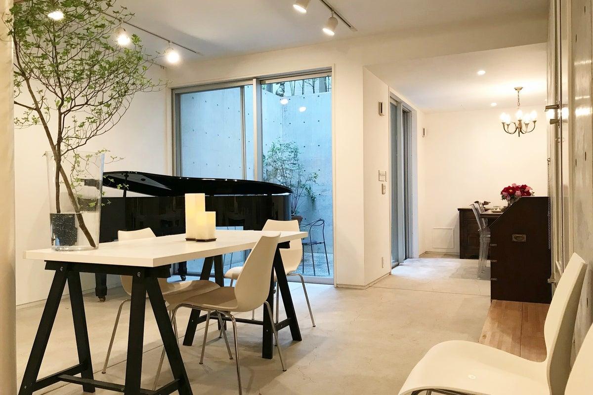 [代官山6分/駐車1台可]自然光の入る地下1階・グランドピアノのある隠れ家的スペース。撮影・会議・楽器練習・子連れパーティー等 の写真