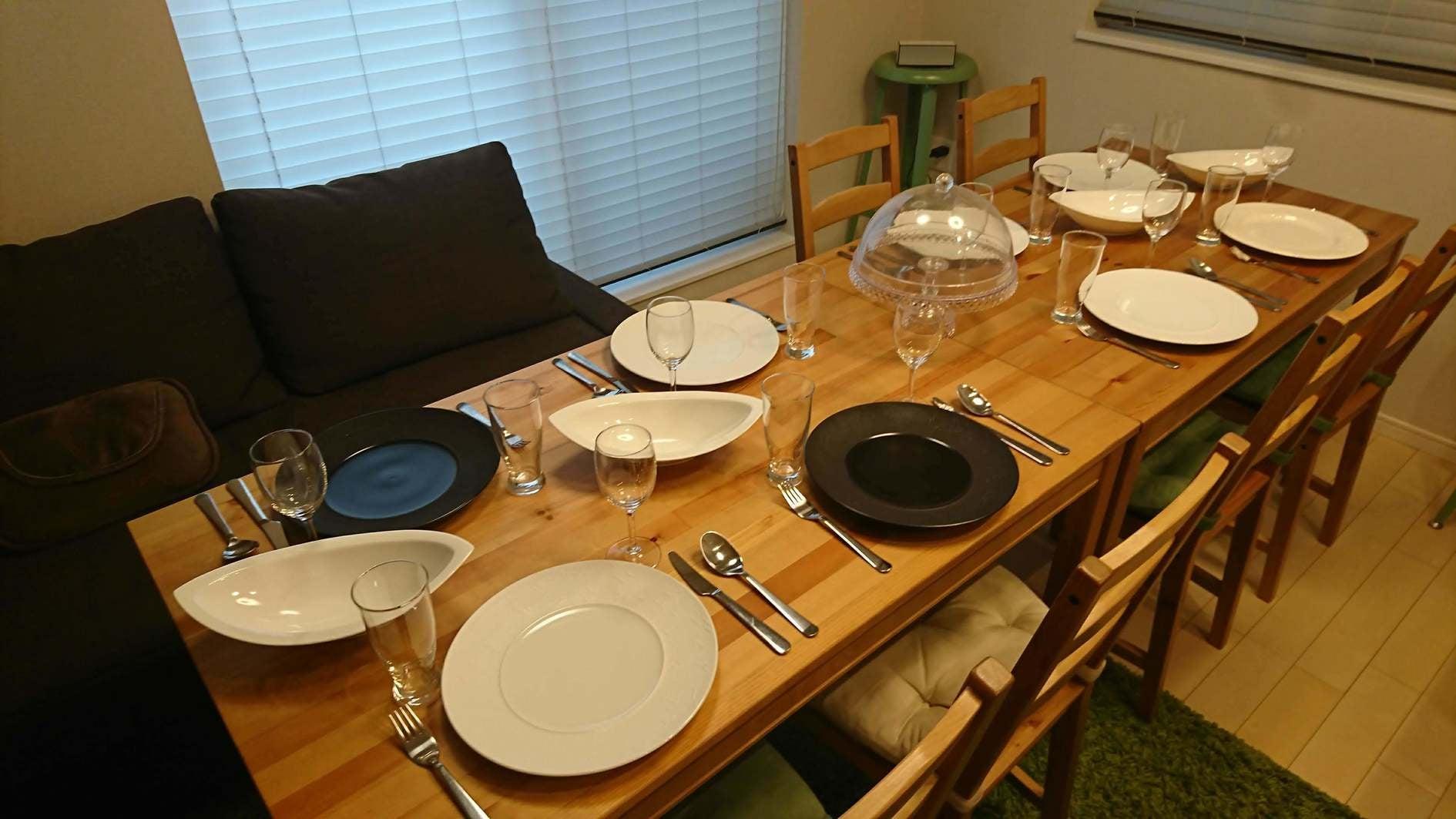 """備え付けの食器によるテーブルセッティング例 シュウオオニシオリジナルの""""モテメシプレート""""もご自由にお使い頂けます!"""