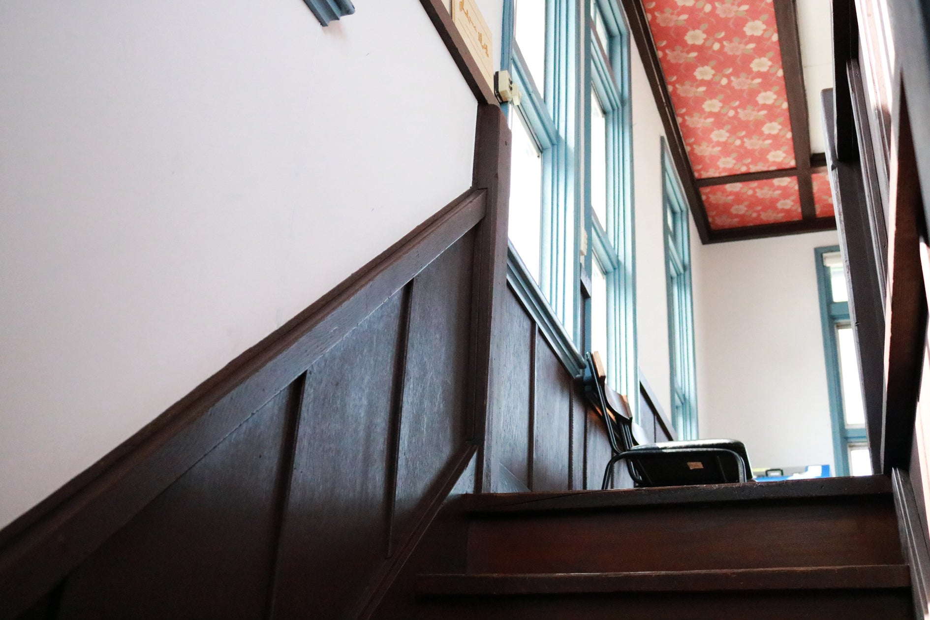 階段、腰壁など当時のままに。