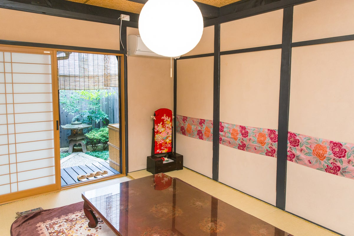 京都駅から徒歩5分!伏見稲荷5分!奈良まで30分! 駅近くなのに夜は静か。 京町家で坪庭と日本遺産認定の信楽焼のお風呂を楽しむ! の写真