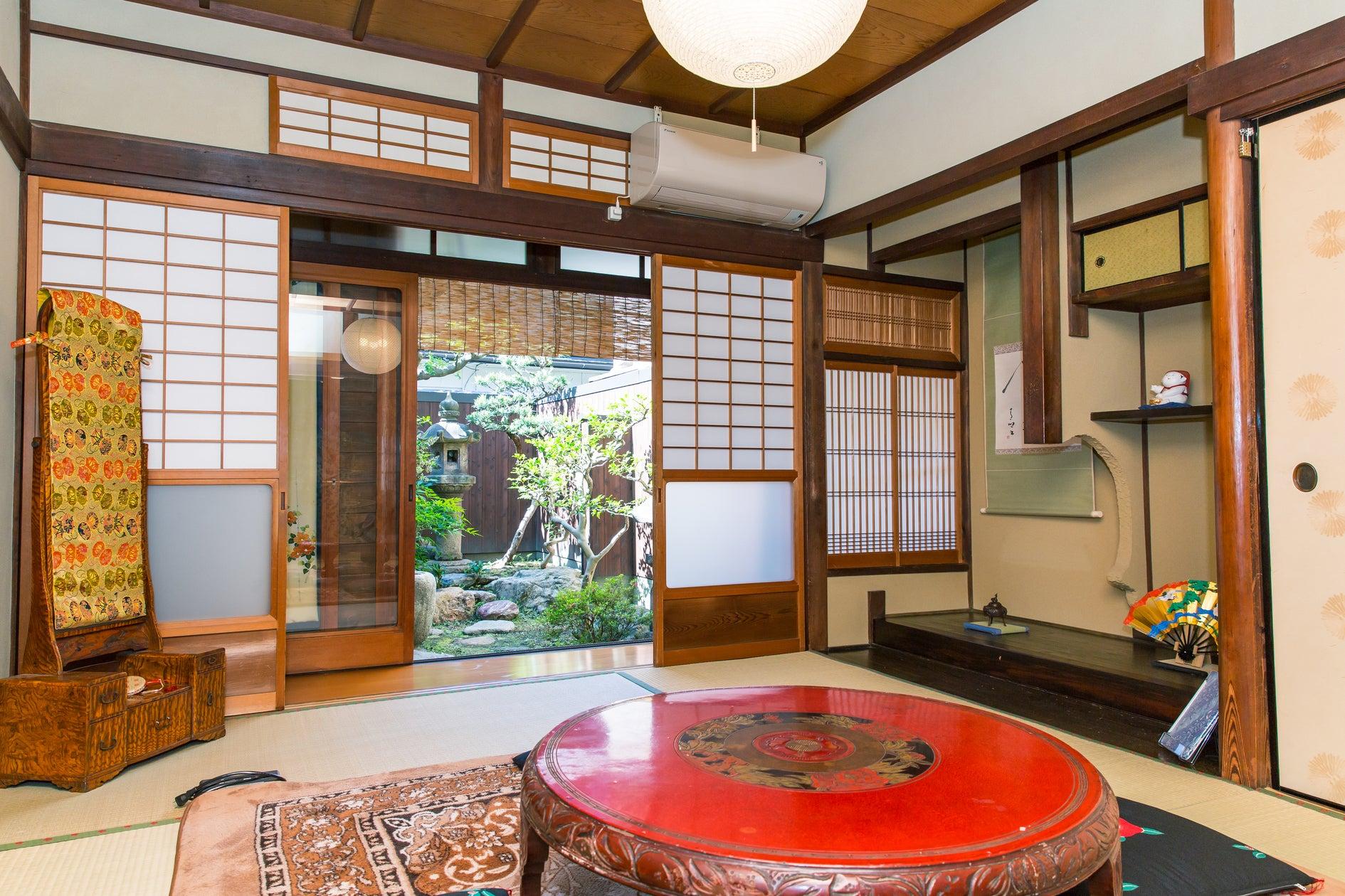 京都駅徒歩5分! 築80年以上の京町家お庭を眺め信楽焼のお風呂で寛ぎを。 東福寺の塔頭 禅寺で座禅体験も。 の写真