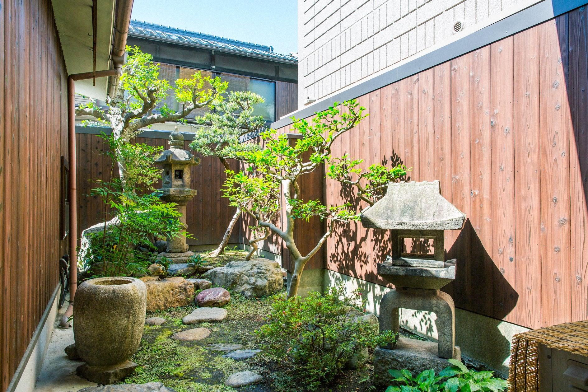 京都駅徒歩5分! 築80年以上の京町家お庭を眺め信楽焼のお風呂で寛ぎを。 東福寺の塔頭 禅寺で座禅体験も。 のサムネイル