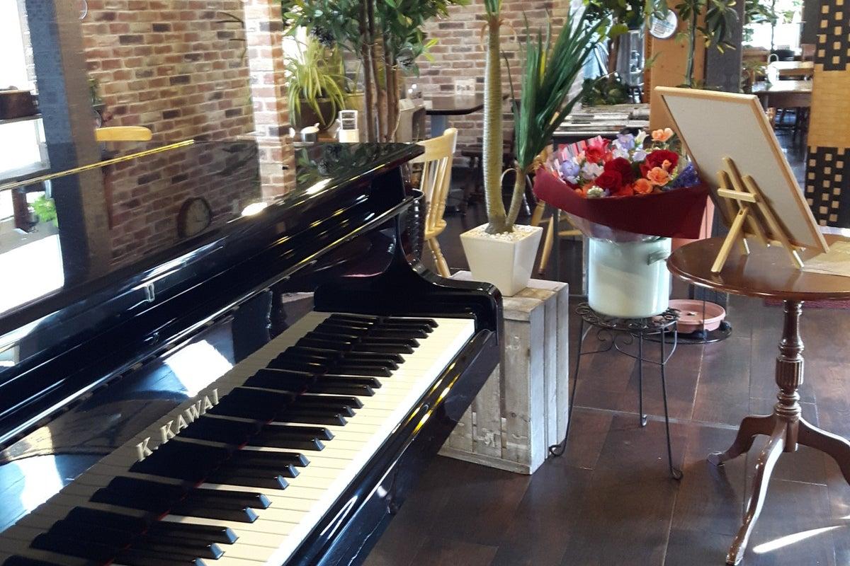 グランドピアノありカフェスペースでコンサート、発表会、女子会、お誕生日会などに対応。 の写真