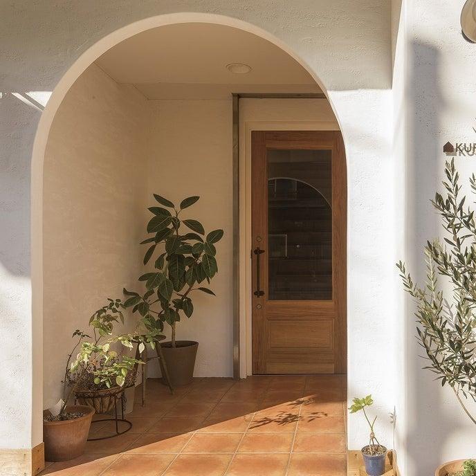 白い塗り壁のビル アーチ型の入り口が目印