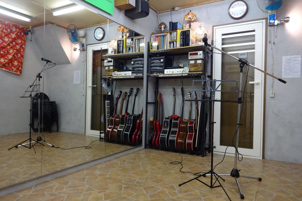 Johnny貸しスタジオ【京都・くいな橋駅徒歩7分】大きな鏡のある防音個室貸しスタジオ!楽器貸出無料! の写真