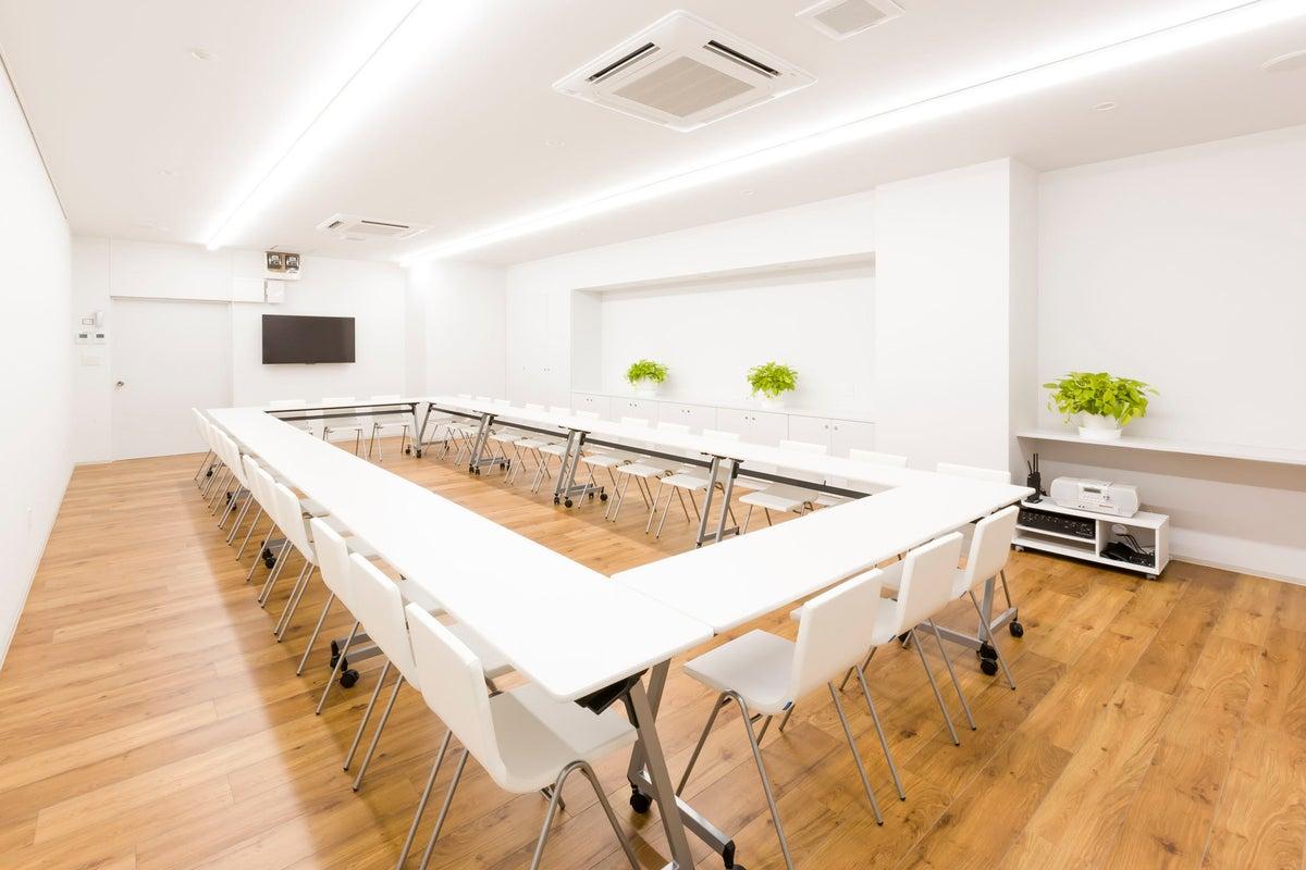 ホテル1階  【朝霧の間】明るく静かな会議室 の写真