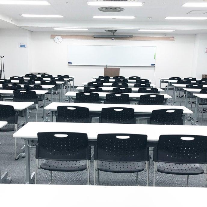 広々とした室内でスクール形式では72名着席可能です。