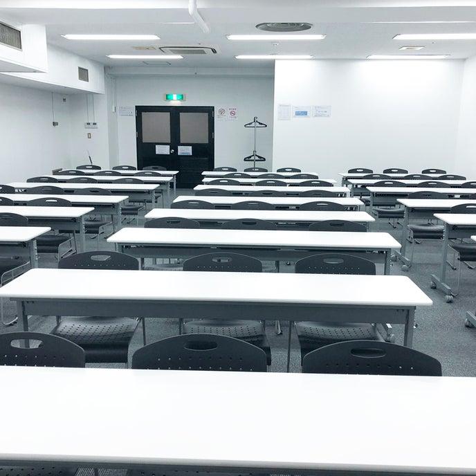 スクール形式で講師側(ホワイトボード側)正面からの画像です。