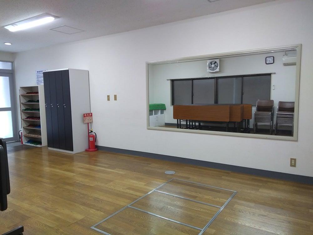 机・椅子の他に大きな鏡も設置されていますので、着付けやダンスの練習・ヨガなどにもご利用いただけます。