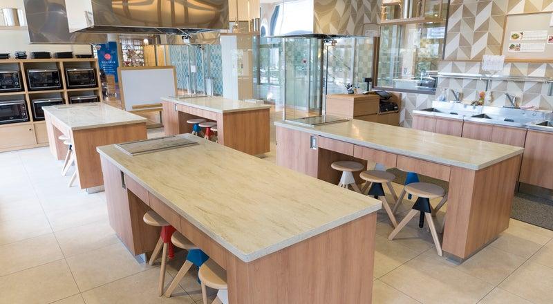 オシャレでキレイ!緑と自然光が融合したテラス付き駐車場完備の本格キッチンスタジオ